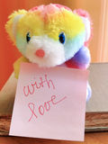 与爱消息的玩具熊 免版税库存照片