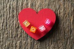 与爱题字的红色心脏 免版税库存图片