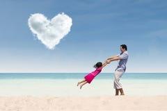 与爸爸的愉快的时间在心脏云彩下 免版税库存照片