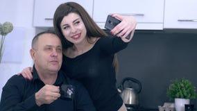 与爸爸的Selfie照片在早餐期间在厨房,家庭休闲里 影视素材