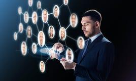 与片剂个人计算机和联络网络的商人 库存照片