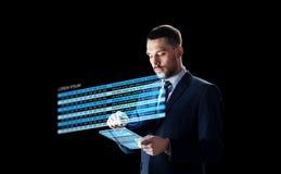 与片剂个人计算机和股票图的商人 库存图片