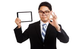 与片剂个人计算机的亚洲商人展示OK 库存图片