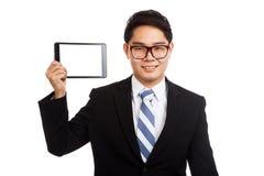 与片剂个人计算机的亚洲商人 免版税库存照片