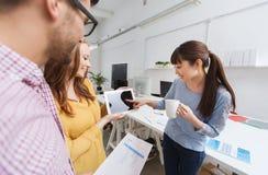 与片剂个人计算机的创造性的队谈话在办公室 免版税图库摄影