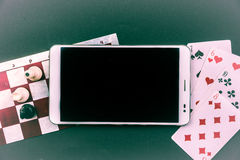 与片剂个人计算机的各种各样的棋 免版税库存图片