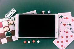 与片剂个人计算机的各种各样的棋 免版税库存照片