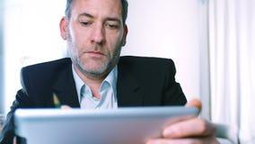 与片剂个人计算机的商人 免版税图库摄影