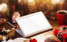 与片剂个人计算机的圣诞节装饰 免版税库存图片