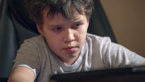 与片剂个人计算机的孩子在桌上 股票视频