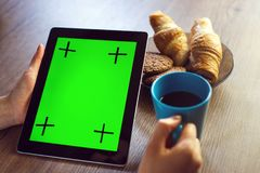 与片剂个人计算机的早晨咖啡 免版税库存照片