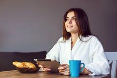 与片剂个人计算机的早晨咖啡 免版税库存图片