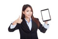 与片剂个人计算机的年轻亚洲女实业家展示ok 库存图片