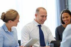 与片剂个人计算机计算机的企业队在办公室 免版税图库摄影