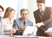 与片剂个人计算机计算机,文件的严肃的企业队有讨论在办公室 库存照片