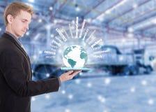 与片剂在手边展示供应链概念的商人 库存图片