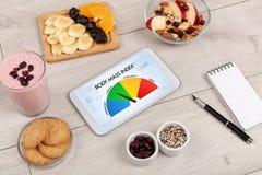与片剂的健康食物在木背景 免版税图库摄影