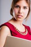 与片剂的美丽的眼睛女商人画象 免版税库存照片