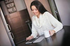 与片剂计算机的早晨咖啡 免版税库存图片