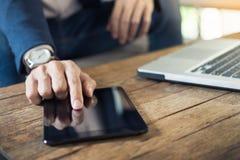 与片剂计算机读书新闻的现代商人在早晨 免版税库存照片
