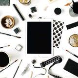 与片剂,无奶咖啡,写生簿,餐巾,丝带,油漆刷的自由职业者黑样式工作区 免版税库存图片