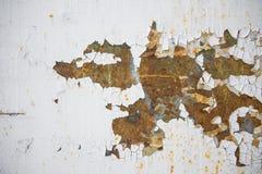 与片状白色油漆的老被腐蚀的金属墙壁背景 生锈的片状破裂的金属表面 提取表面纹理  图库摄影
