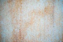与片状蓝绿色油漆的老被腐蚀的金属墙壁背景 生锈的片状破裂的金属表面 提取表面纹理  免版税库存图片