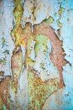 与片状蓝绿色油漆的老被腐蚀的金属墙壁背景 生锈的片状破裂的金属表面 提取表面纹理  库存图片