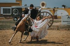 与牛仔的秘鲁妇女跳舞 库存图片