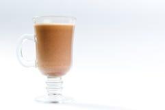 与牛奶上面的可可粉在玻璃 图库摄影