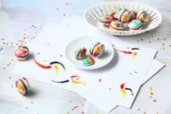 与牛奶巧克力装填的彩虹Macarons 图库摄影