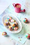 与牛奶巧克力装填的彩虹Macarons 库存图片
