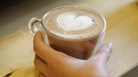 与牛奶拿铁脱咖啡因咖啡的可可粉 股票录像