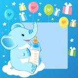 与牛奶瓶的逗人喜爱的大象 男婴看板卡欢迎 免版税库存图片
