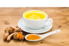 与牛奶饮料的姜黄有益于秀丽和健康 免版税库存图片