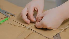 与牛皮纸一起使用和包裹信封的职业妇女装饰员 股票视频