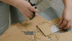 与牛皮纸一起使用和包裹信封的职业妇女装饰员 股票录像