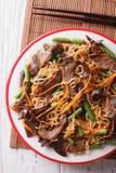 与牛肉、muer和菜特写镜头的Lo mein 垂直的上面竞争 免版税库存照片