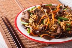 与牛肉、muer和菜特写镜头的Lo mein 水平 库存照片