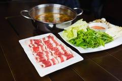 与牛肉幻灯片和菜的热的罐集合 亚洲食物 库存图片