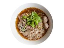 与牛肉泰国样式的面条在白色背景 免版税库存图片