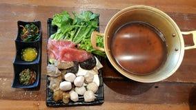 与牛肉porkmushroom meetball和菜的shabu集合服务 库存图片