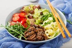 与牛肉teriyaki和新鲜蔬菜的沙拉 免版税库存照片