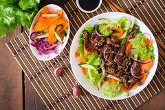 与牛肉teriyaki的沙拉 顶视图 免版税库存图片