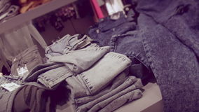 与牛仔布的架子在妇女的精品店穿衣 股票视频