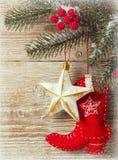 与牛仔玩具鞋子和木头纹理的圣诞节背景 库存照片