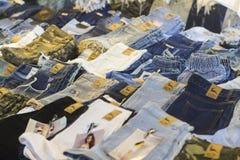 与牛仔裤的显示在华欣夜市场,泰国上 免版税库存照片