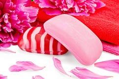 与牡丹和毛巾的肥皂桃红色 库存图片