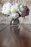 与牡丹玫瑰的卡片在老葡萄酒背景 库存照片