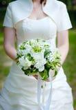 与牡丹的花束在新娘的手上 库存图片